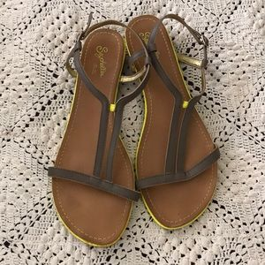 Grey with hints of yellow Seychelles sandals sz 10